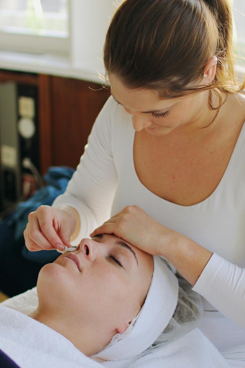 Ausreinigen-Kosmetik-Behandlung-Pickel-entfernen